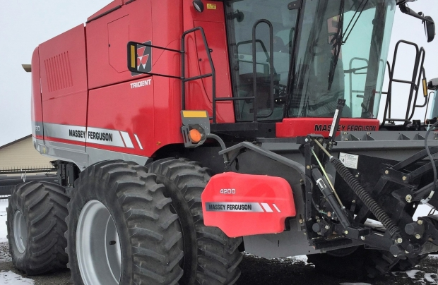 2012 Massey Ferguson 9560 Combine with pick-up header