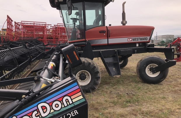 MacDon 9250 Windrower with 30' Draper Header (972)